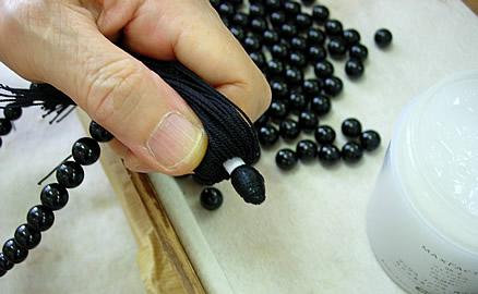 念珠の製作工程 - 中心に条をきれいにノリで巻きつける