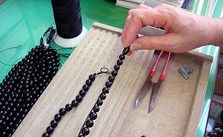 ネックレスの製作工程 - クラスプの片方を糸留め1個ずつ通し
