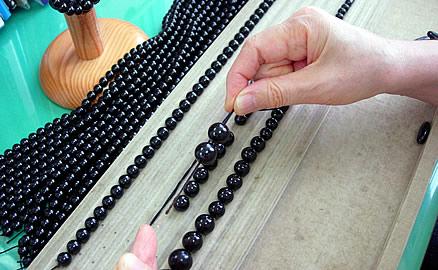 ネックレスの製作工程 - 1個ずつ通し