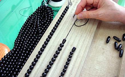 ネックレスの製作工程 - 片方のクラプスを通し