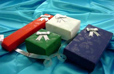 当店では、ラッピングの包装紙が送る方に合わせて、白・赤・緑・紫の4色からお選びいただけます。